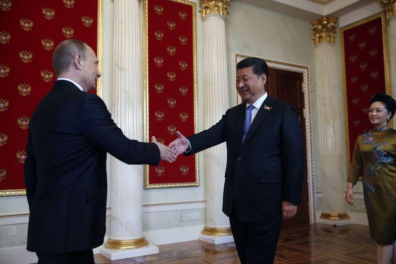 俄國總統普京(左)8日接見中國國家主席習近平(中)與彭麗媛(右)。(美聯社)