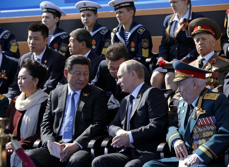 8日的閱兵大典中,習近平與普京比肩而坐。(美聯社)