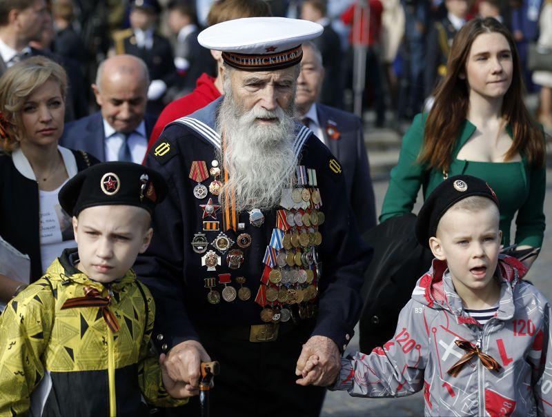 年逾90歲的前蘇聯老兵參加閱兵典禮。(美聯社)