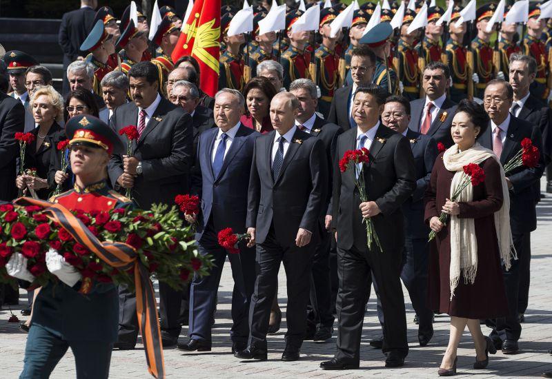 閱兵典禮後的獻花致敬。右起為:中國第一夫人彭麗媛、中國國家主席習近平、俄國總統普京、哈薩克總統與委內瑞拉總統伉儷。(美聯社)