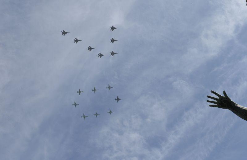 參與閱兵的俄國軍機8日在空中排出「70」字樣。(美聯社)