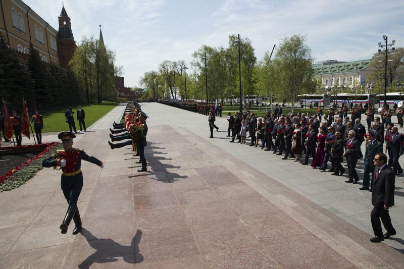 各國領袖8日抵達致獻花圈處。(美聯社)