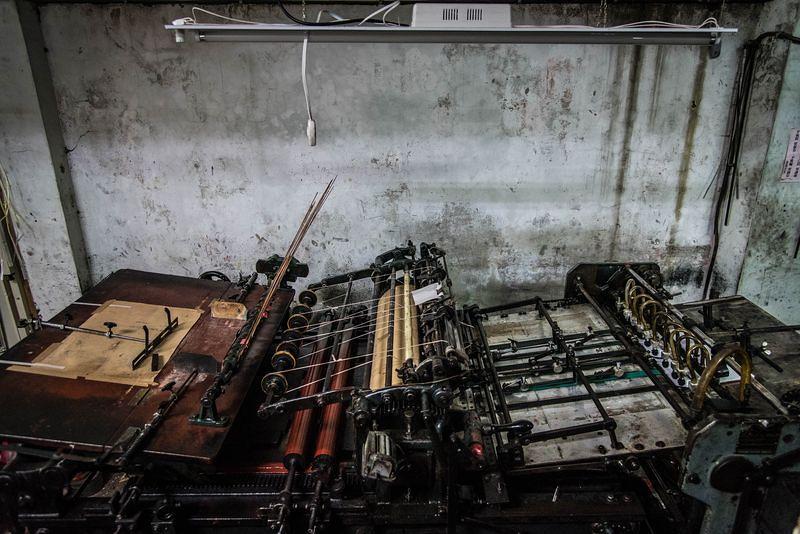 保養完好的半手動活版印刷機,於萬華東鑫文具印刷公司。(洪滋敏攝)