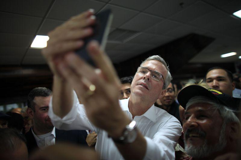 傑布.布希14日與共和黨支持者自拍。(美聯社)