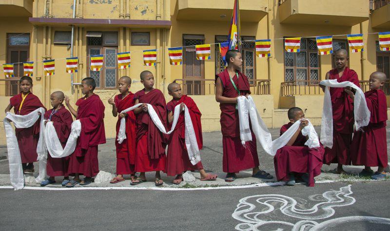 迎接達賴喇嘛的印度小喇嘛。(美聯社)