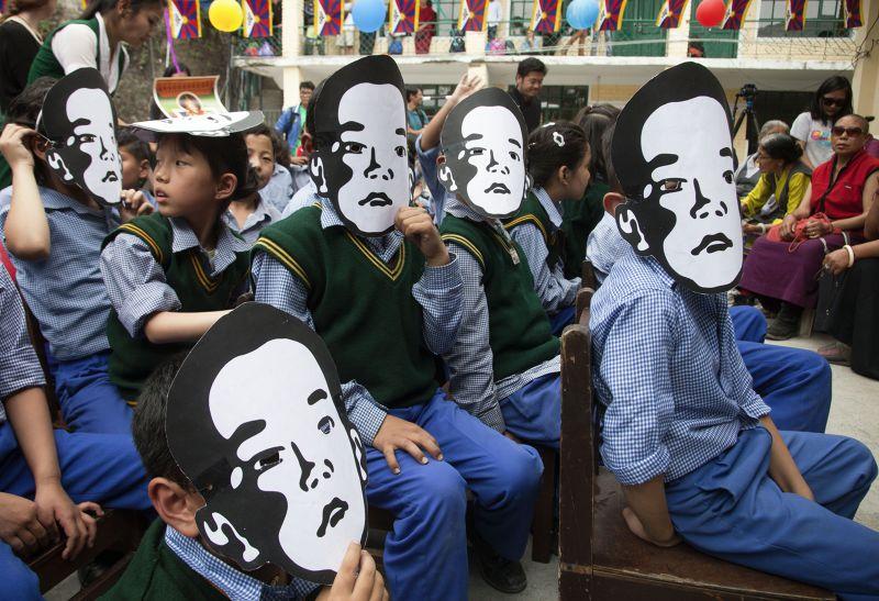 流亡藏人戴上第11世班禪的面具。(美聯社)