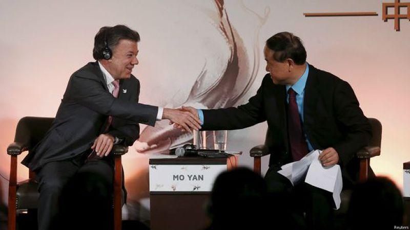 莫言(右)在波哥大中拉人文交流研討會上與哥倫比亞總統桑托斯握手。