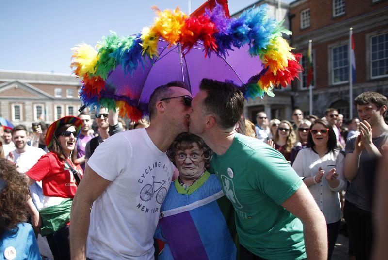 同性伴侶相擁親吻。(美聯社)