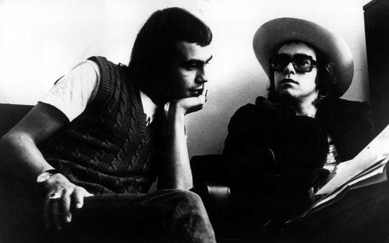 艾爾頓·強與伯尼·陶平(左),1971年。(維基百科)