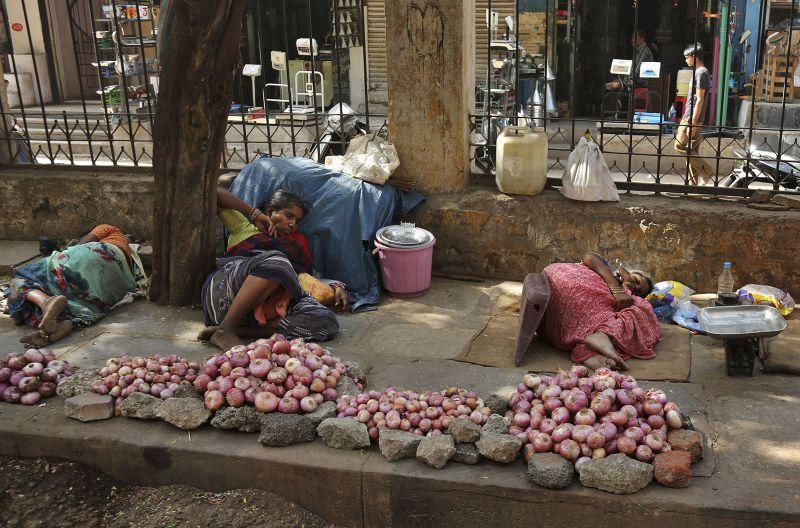 印度路旁小販避暑休憩。(美聯社)