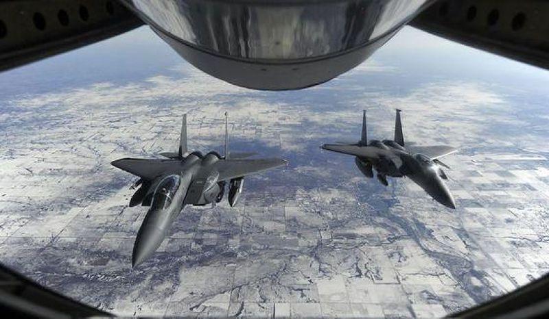 25日,美國2架F-15戰鬥機升空戒護法國客機降落於JFK機場。(取自推特)