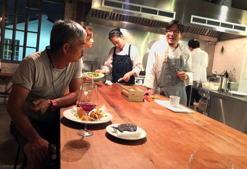 老朋友來用餐,大廚逸夫(圍裙者)跟老友喝一杯敘敘舊,直說很溫馨。