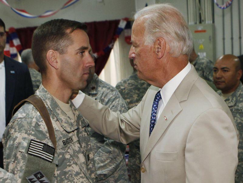 2009年7月4日,美國副總統拜登(右)走訪伊拉克時,與服役的兒子波伊(左)見面。(美聯社)