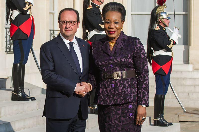 法國總統歐蘭德(左)與中非共和國首都市長珊芭潘薩(右)。(美聯社)