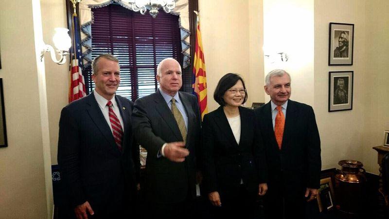 3民進黨總統參選人蔡英文美國時間2日上午,拜會共和黨資深參議員馬侃(John McCain)(左)、民主黨參議員李德(Jack Reed)。(民進黨中央提供) (複製).jpg