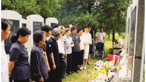 天安門母親成員在萬安公墓祭靈。(天安門母親官網資料照)
