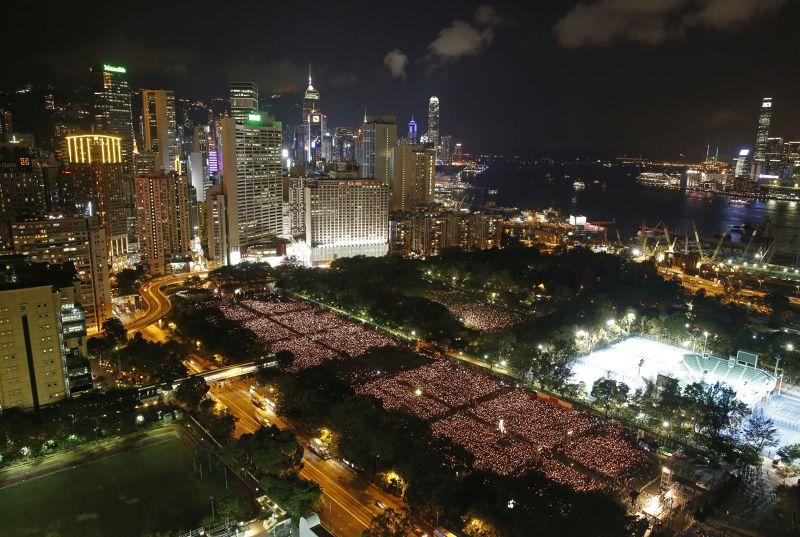 香港六四紀念活動,支聯會宣布現場聚集13.5萬民眾。(美聯社)
