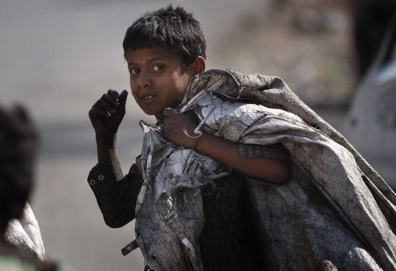一名印度的拾荒男孩。(美聯社)