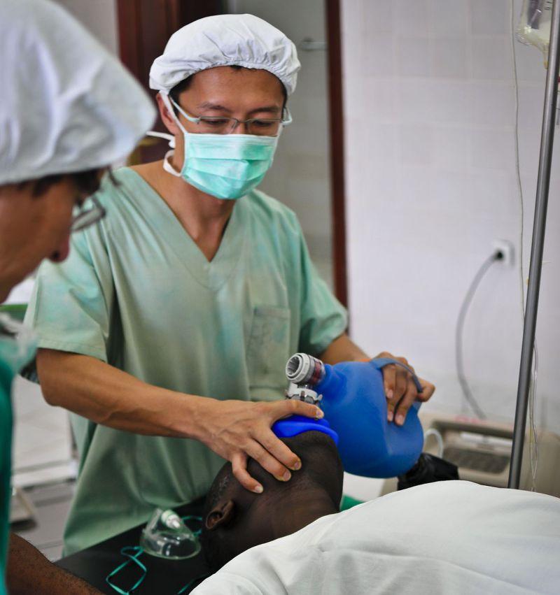 擔任麻醉科醫生的劉鎮鯤在於剛果民主共和國的手術室協助外科手術進行。(MSF、劉鎮鯤提供)