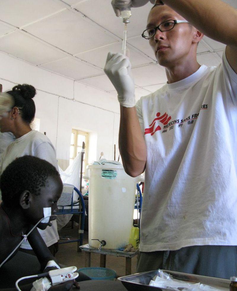 來自台灣的劉鎮鯤在蘇丹的醫院協助一場外科手術。經歷7次任務之後,現在的劉鎮鯤是無國界醫生(香港)主席。(MSF、劉鎮鯤提供)