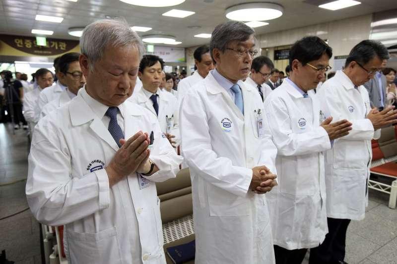 南韓MERS疫情發燒,醫護人員祈禱。