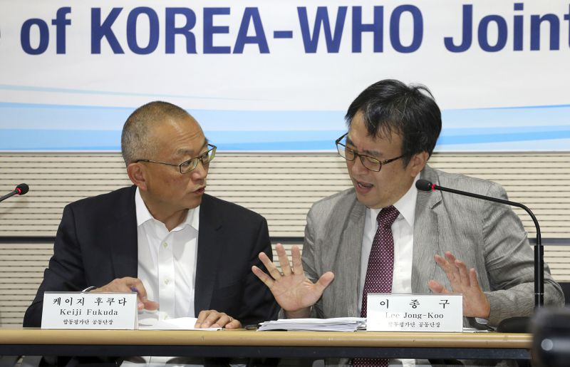 WHO助理秘書長福田敬二(左)前往南韓了解疫情。(美聯社)