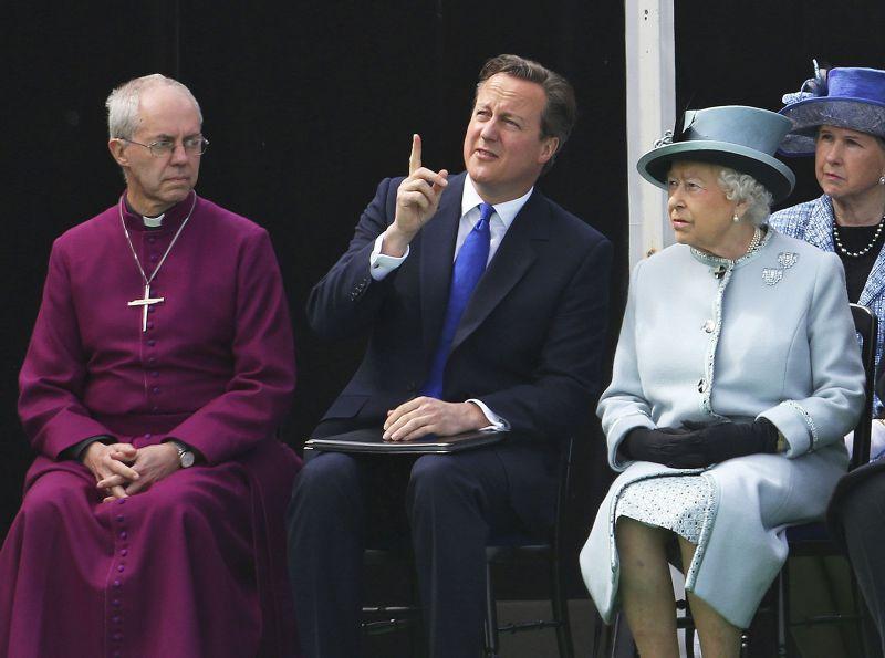 英國首相卡麥隆(中)與英女王(右)。(美聯社)