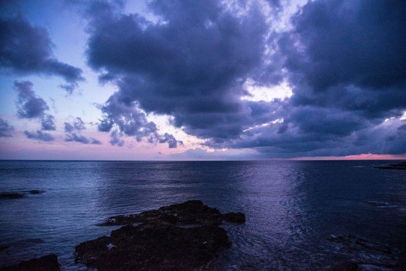 擁抱恐懼,那麼恐懼就會撐住你。於蘭嶼朗島日出前夕。(洪滋敏攝。)