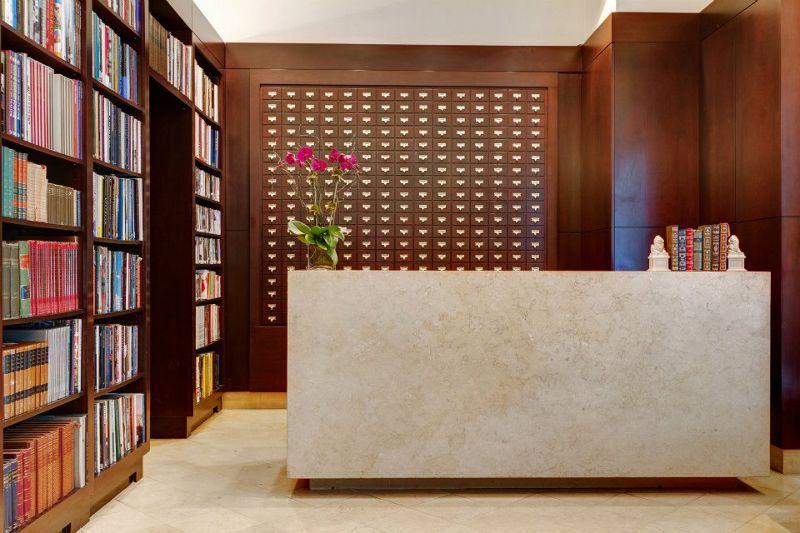 櫃台後方的牆面裝飾著如圖書館的卡片目錄。