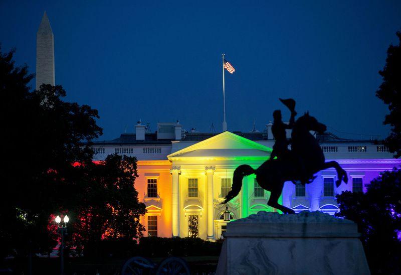 美國全國同性婚姻合法化,白宮也化身為「彩虹宮」(美聯社)