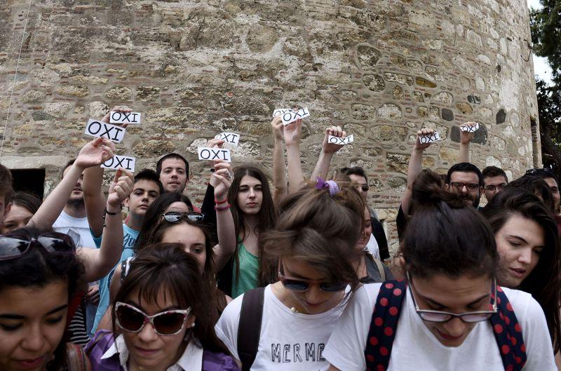 希臘人民26日集會反撙節,高舉OXI(不)。(美聯社)