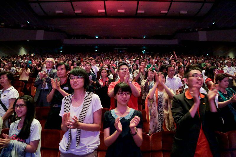 20150626-338-民國黨「2015千手觀音我的夢」公益演出,現場上千觀眾在演出結束後響起如雷掌聲-余志偉攝.jpg