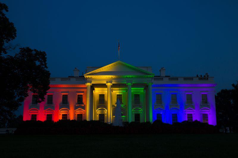 白宮26日打上彩虹燈光。(美聯社)