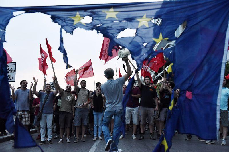 28日,希臘人民遊行反撙節。(美聯社)