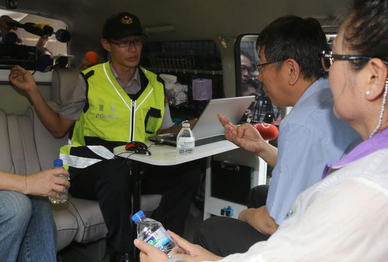台北市長柯文哲親自坐上台北市即將試辦行動派出所,了解警察作業流程。