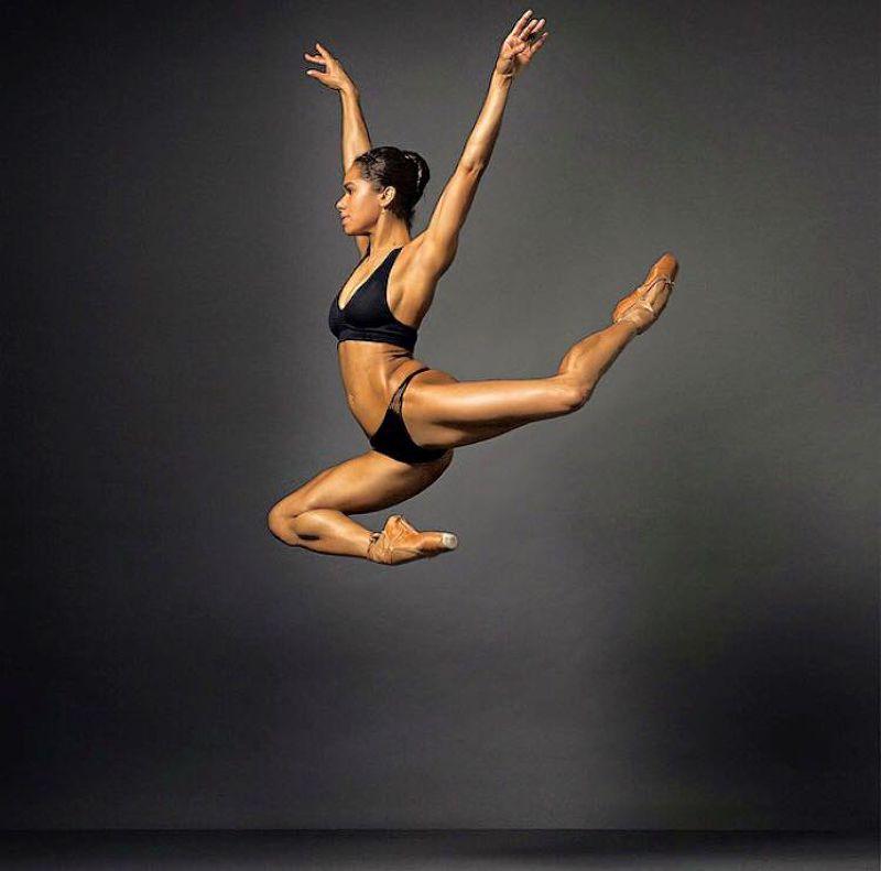 除了膚色,柯普蘭身形也有別於一般芭蕾舞者較為纖細的印象。(取自柯普蘭臉書)