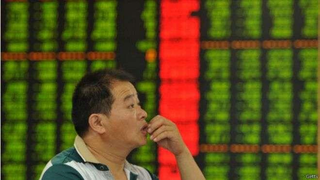 自6月中旬以來,上海股市綜合指數下跌幅度近30%。(BBC中文網)