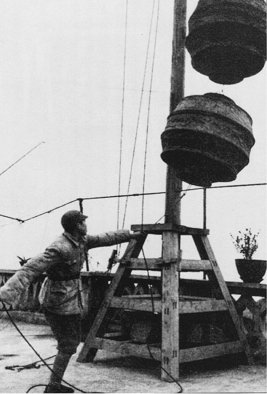 日軍來襲時,升起紅色燈籠示警。(國史館提供)