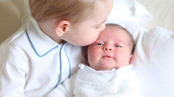 喬治王子與夏綠蒂公主。(取自推特)