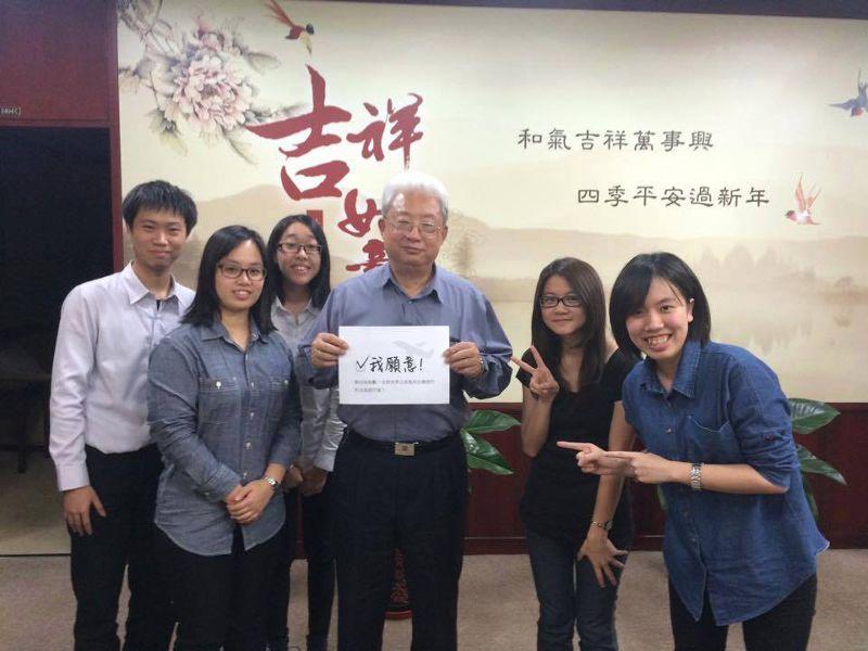 向台電總經理朱文成(圖中)說明計畫後,獲得贊助和鼓勵。