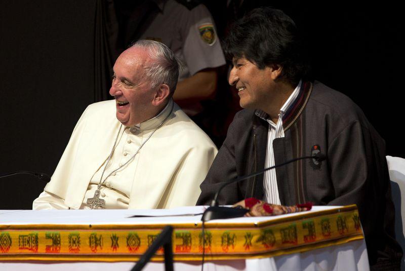 教宗方濟各(左)與玻利維亞首任原住民總統莫拉萊斯(右)。(美聯社)