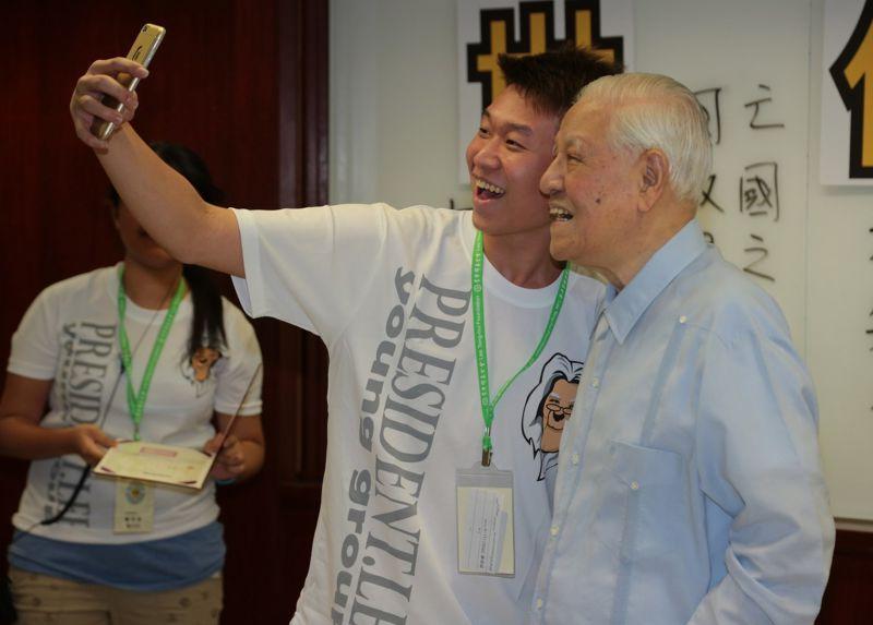 12前總統李登輝參加基金會活動,和年輕人愉快互動。(余志偉攝) (複製).JPG