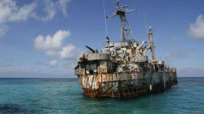 菲律賓海軍正派人加固1999年在仁愛礁上擱淺的一艘軍艦。(BBC中文網)
