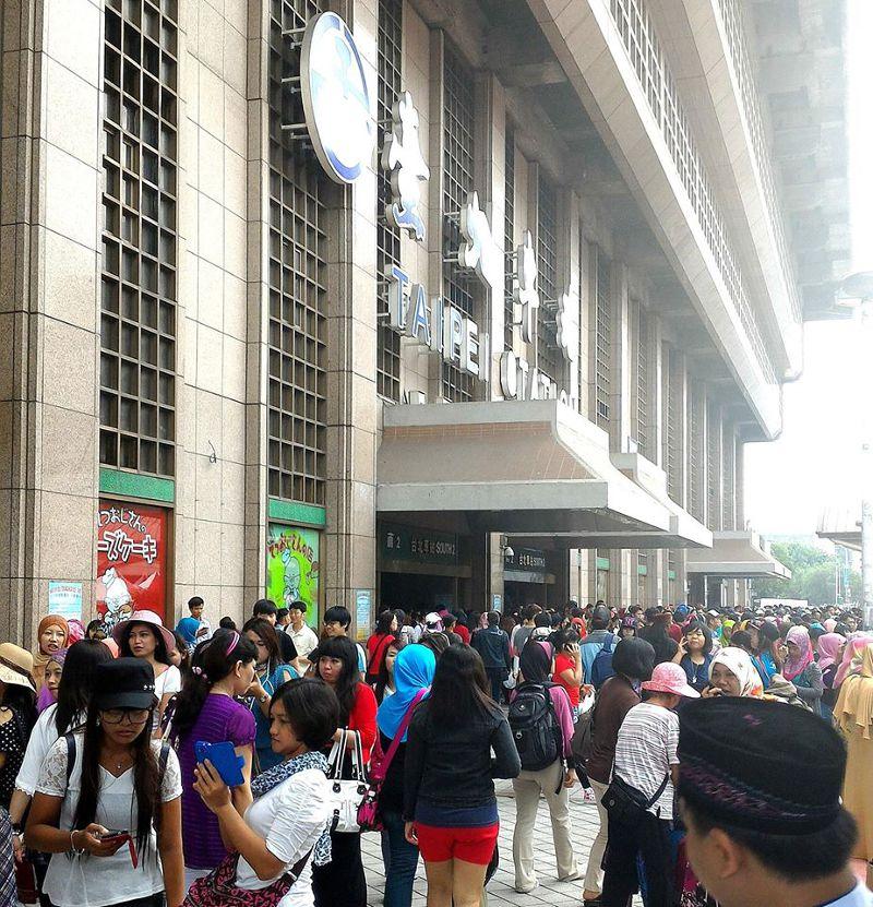 穆斯林開齋節,移工湧入台北車站。(取自台鐵路透社)
