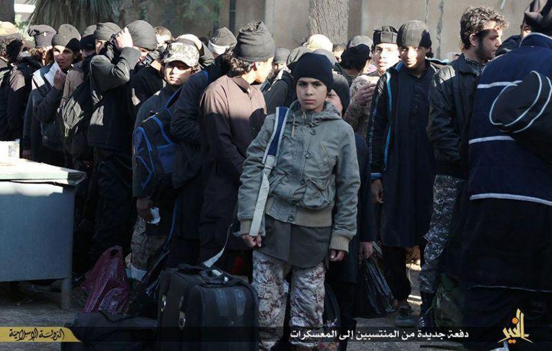 背著槍的伊斯蘭國娃娃兵。(美聯社)