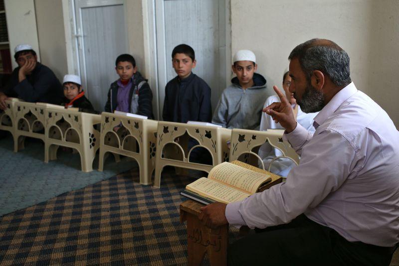 導師訓誡學童不可對伊斯蘭國存有幻想。(美聯社)