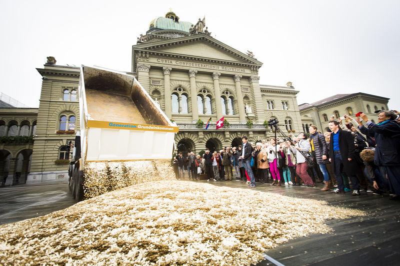 荷蘭和許多歐洲國家都正在討論要如何進行基本收入實驗,如果你也有基本收入,你會做什麼呢?(圖/Generation Grundeinkommen@flickr)