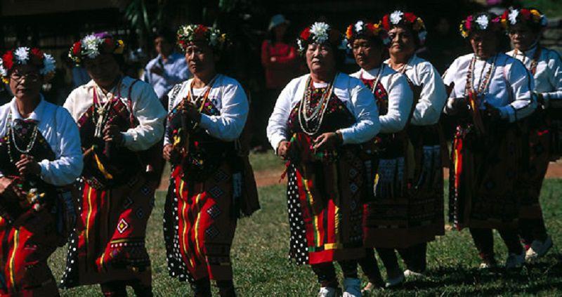 卑南族婦女們在年度祭儀中,唱著古謠繞行部落。(取自台灣原住民神話與傳說官網)