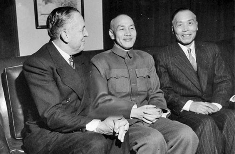 美國總統特使、經濟合作總署署長保羅·霍夫曼、蔣介石和李宗仁。(新華網)