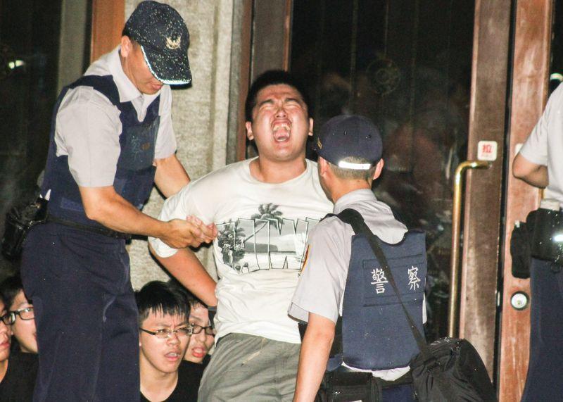 反課綱學生深夜攻入教育部,這是遭到警方逮捕的學生游騰傑。(曾原信攝)